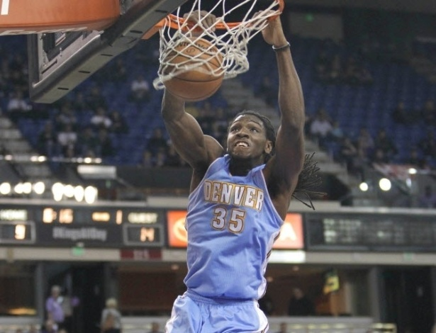 05.mar.2013 - Kenneth Faried se pendura no aro após enterrada na vitória de seu Denver Nuggets sobre o Sacramento Kings
