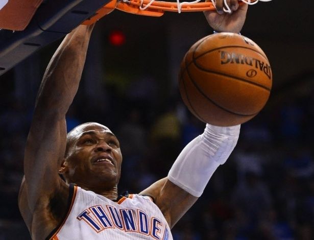 05.mar.2013 - Russell Westbrook crava a bola na vitória do Oklahoma City Thunder sobre os Lakers