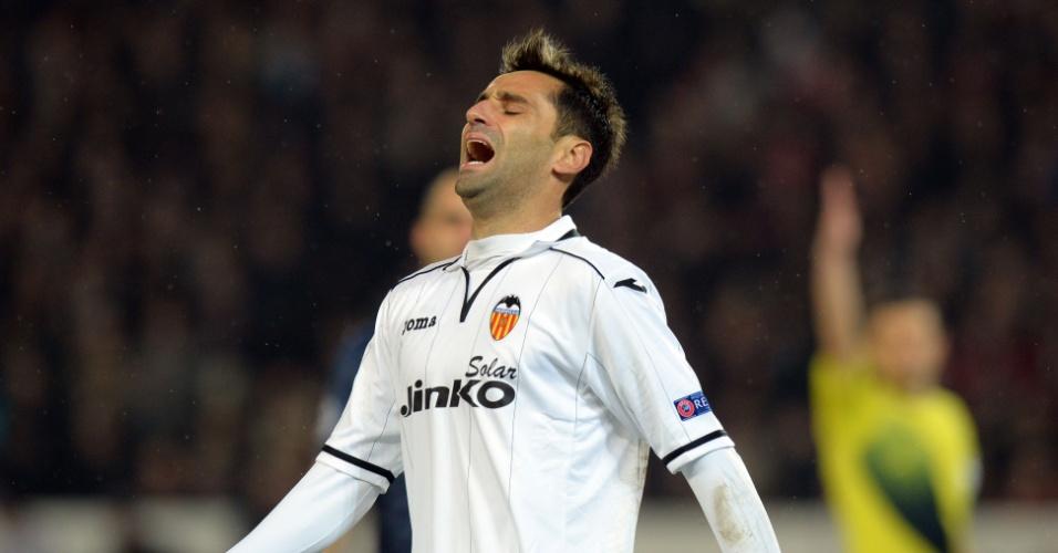 06.mar.2013 - Atacante brasileiro Jonas, do Valencia, lamenta uma chance perdida durante a partida contra o PSG