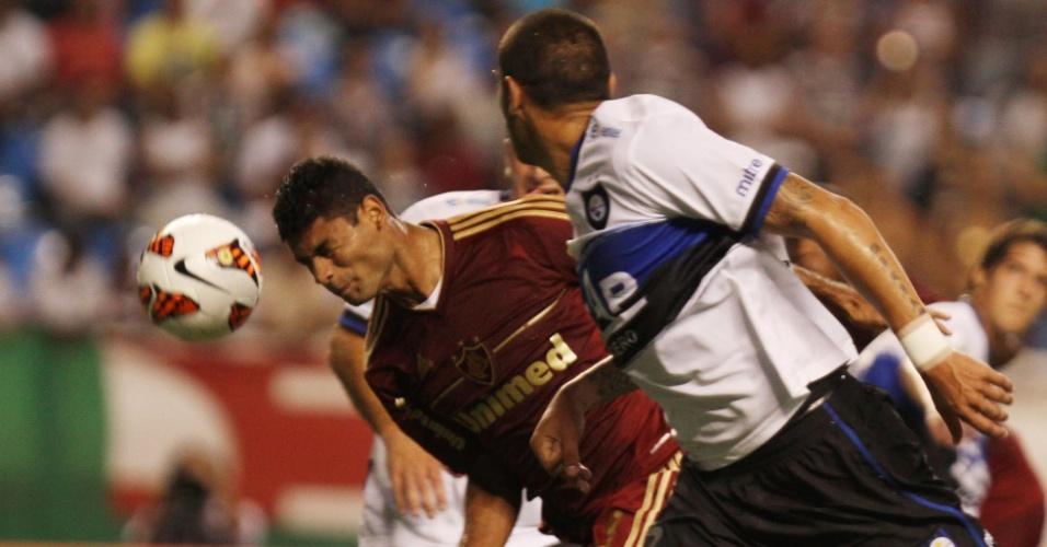 06.mar.2013 - Gum, zagueiro do Fluminense, se joga e tenta cabecear a bola durante o duelo contra o Huachipato, no Engenhão