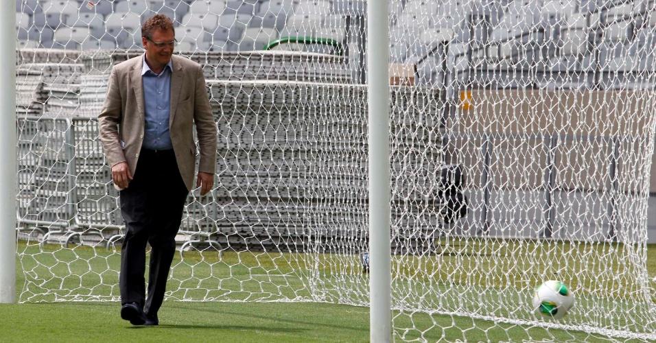 06.mar.2013 - Jérôme Valcke brinca e faz as vezes de goleiro durante visita da Fifa e do COL da Copa 2014 ao Mineirão, em Belo Horizonte