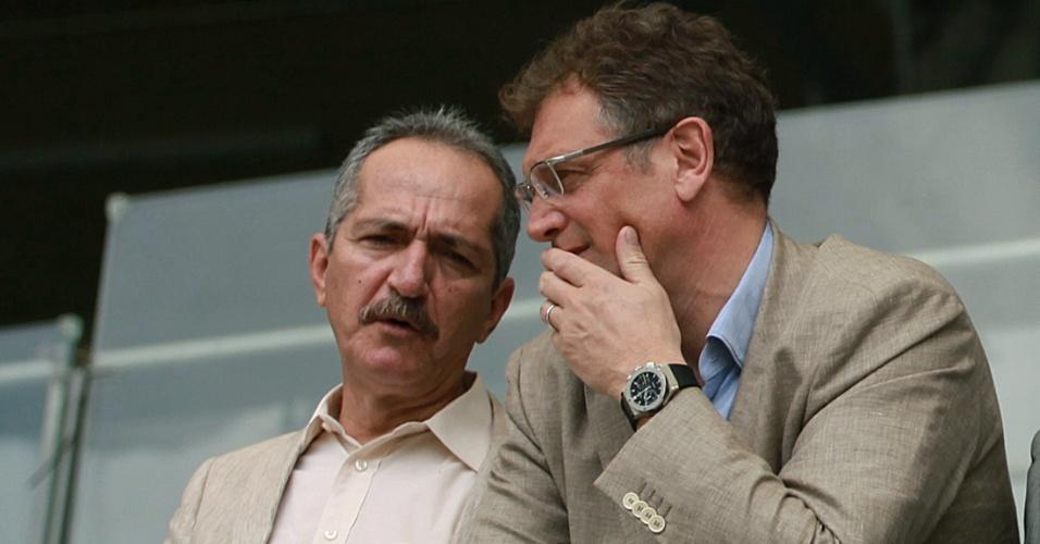06.mar.2013 - Jérôme Valcke (dir) conversa com Aldo Rebelo, ministro do Esporte, durante a visita da Fifa e do COL da Copa 2014 ao Mineirão, em Belo Horizonte