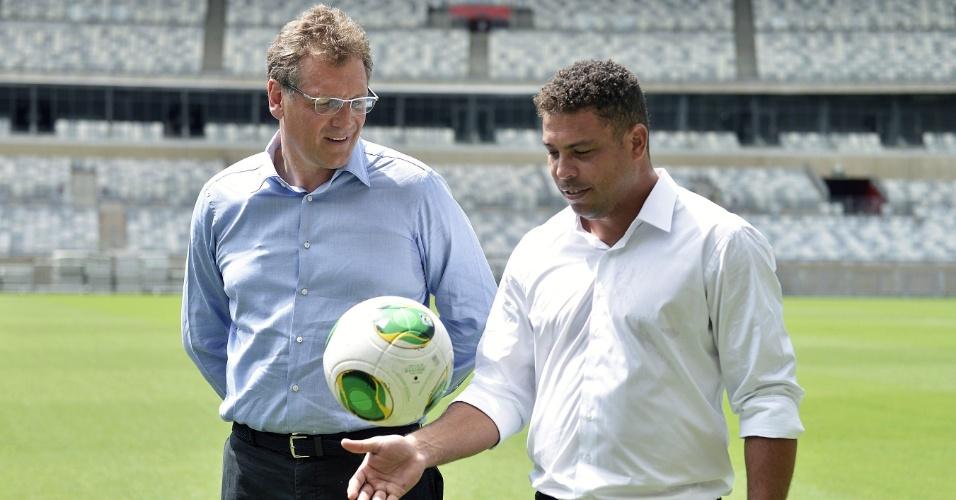 06.mar.2013 - Jérôme Valcke (esq), secretário-geral da Fifa, e o ex-atacante Ronaldo, membro do COL da Copa 2014, posam para fotos no Mineirão, em Belo Horizonte