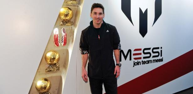 """Messi posa na inauguração da """"Galeria Messi"""", museu temporário em Barcelona"""