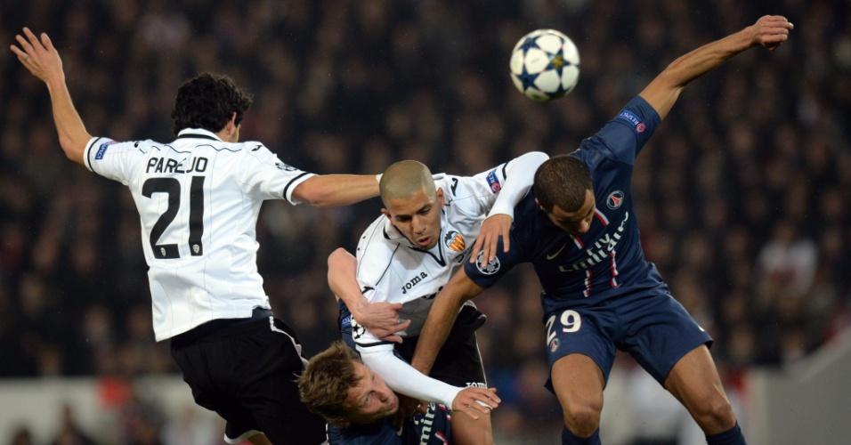 06.mar.2013 - Lucas sobe de cabeça para disputar a bola com adversários durante a partida entre PSG e Valencia, pelas oitavas de final da Liga dos Campeões