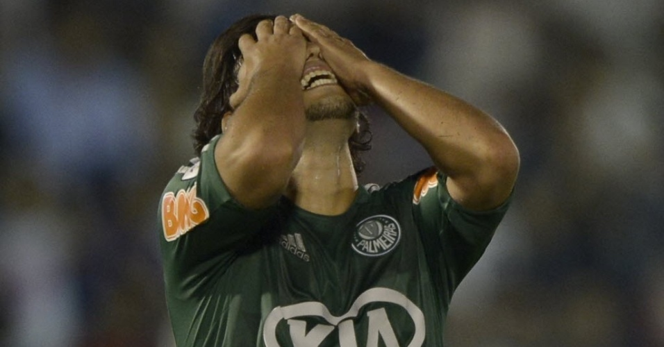 06.mar.2013 - Valdívia, meia do Palmeiras, se lamenta após chance desperdiçada na derrota para o Tigre (ARG), pela Libertadores