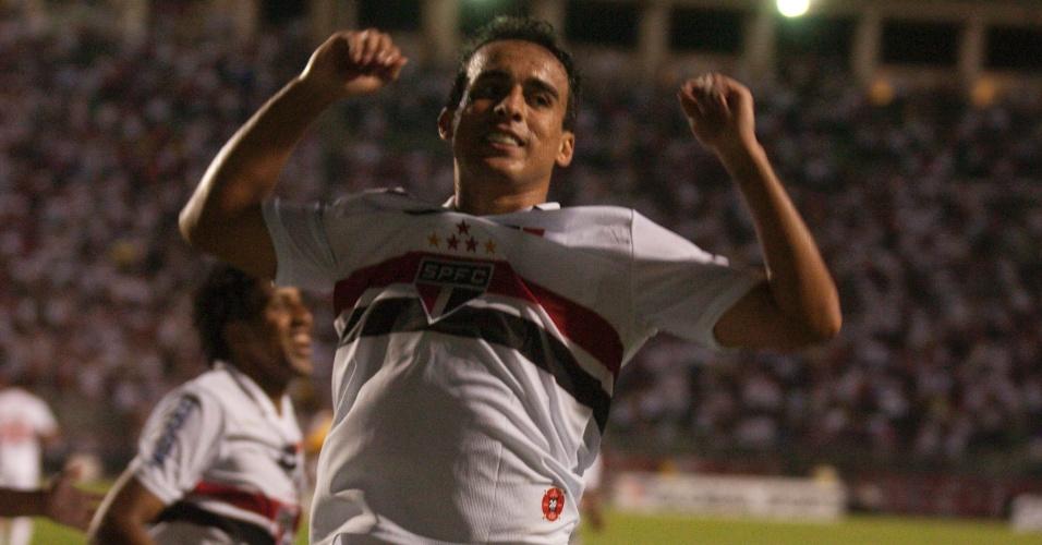 07-11-2012 - Jadson comemora gol do São Paulo no Estádio do Pacaembu