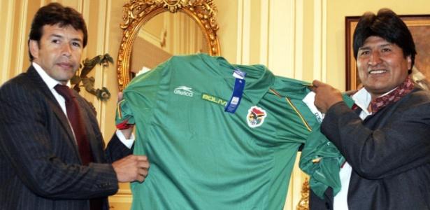 Ex-técnico da seleção, Erwin Sánchez (esq) entrega camisa ao presidente Evo Morales