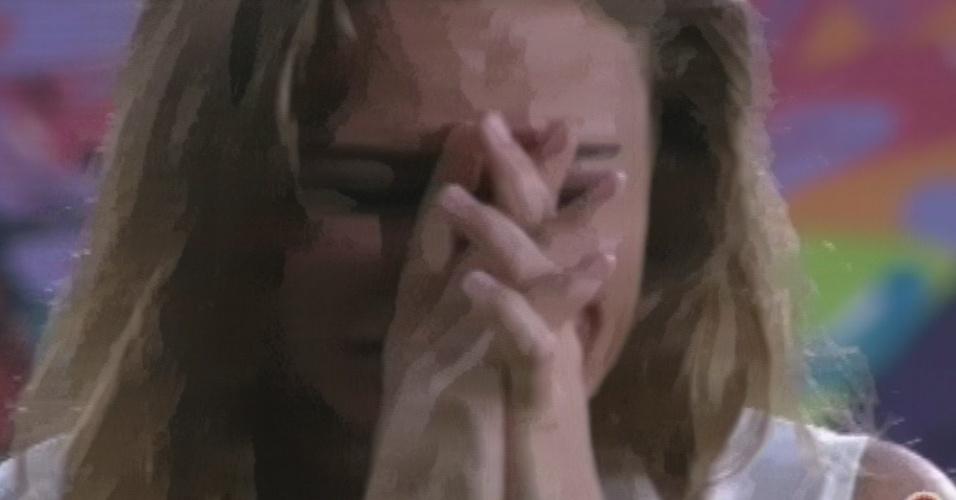 5.mar.2013 - Natália chora após eliminção de Anamara e se pergunta: