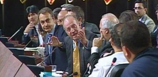Rei Juan Carlos 1º, da Espanha (centro), gesticula para Chávez (primeiro da direita para a esquerda na foto) - Arquivo/Efe