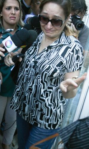 6.mar.2013 - A apresentadora Sonia Abrão, prima de Chorão, sai do prédio emocionada