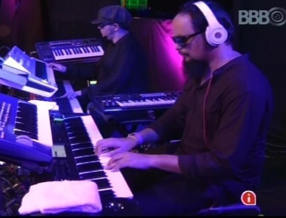 """6.mar.2013 - A banda que acompanha Carlinhos Brown para o show no """"BBB13"""""""