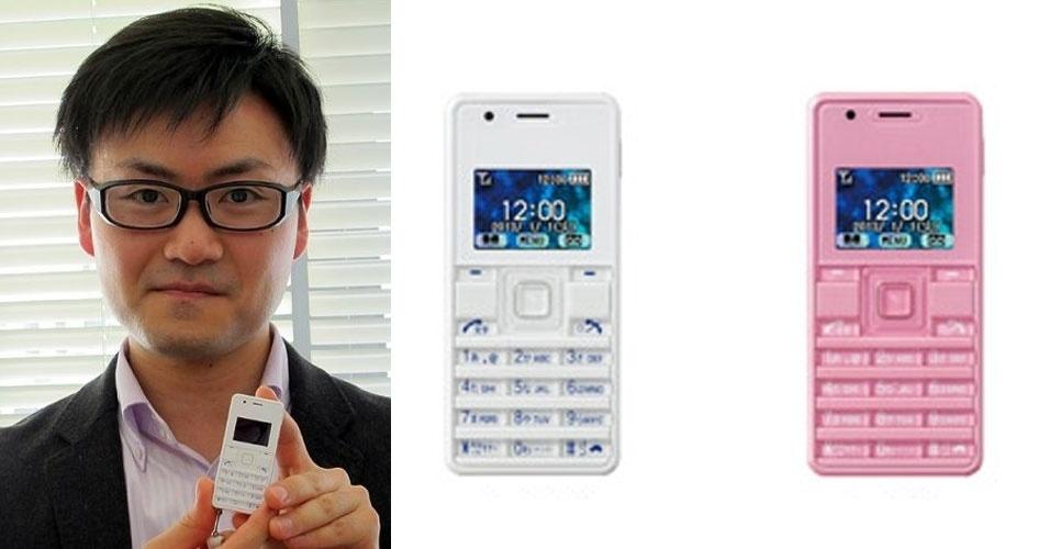 6.mar.2013 - A empresa japonesa Willcom apresentou o telefone celular WX06A , anunciado pela companhia como o menor do mundo. O aparelho com tela de 1 polegada e funções básicas é um pouco menor que o iPod nano: 32 mm de largura e 70 mm de altura, contra 39 mm e 76 mm do tocador digital. O peso, de 32 gramas, é o mesmo desse modelo de iPod. No quesito espessura, no entanto, o celular perde: tem 10,7 mm, mais até que um iPhone 5 (com 7,6 mm).  Apesar de básico, o aparelho permite envio e recebimento de e-mails curtos. A novidade estará disponível no Japão neste ano, em três cores, e o preço ainda não foi divulgado