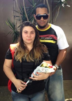 A estudante Mayara Rangel e o namorado Ruan Indrigo homenageiam Chorão em frente ao apartamento do cantor no bairro de Pinheiros, em São Paulo - Mariana Pasini/UOL