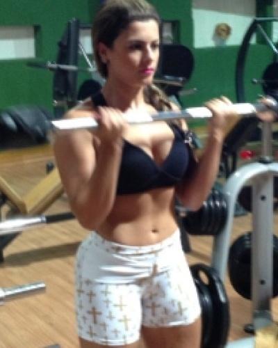6.mar.2013 - A panicat Babi Rossi divulgou imagem em que aparece fazendo exercício para definir o bíceps com a barra