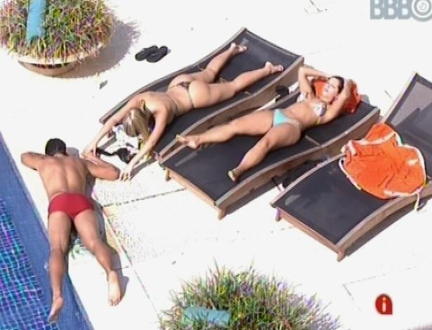 6.mar.2013 - André, Andressa e Fernanda tomam banho de sol nesta tarde, aproveitando o sol forte