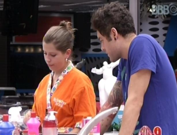 6.mar.2013 - Andressa ajuda Nasser a fazer molho branco para o almoço