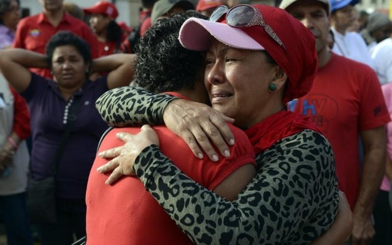 6.mar.2013 - Apoiadores do presidente da Venezuela, Hugo Chávez, se concentram em frente ao Hospital Militar de Caracas, onde o mandatário morreu na terça-feira (5). Chávez, morto aos 58 anos, lutava contra um câncer na região pélvica
