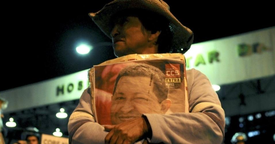 6.mar.2013 - Apoiadores do presidente da Venezuela, Hugo Chávez, se concentram nos arredores do Hospital Militar de Caracas, onde o mandatário morreu na terça-feira (5). O venezuelano lutava contra um câncer
