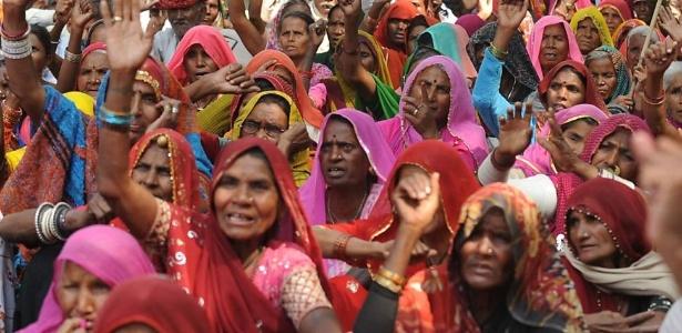 Ativistas dos direitos da mulher protestam nesta quarta-feira (6) em Nova Déli, na Índia, pela prisão de um homem acusado de estupro - Raveendran/AFP