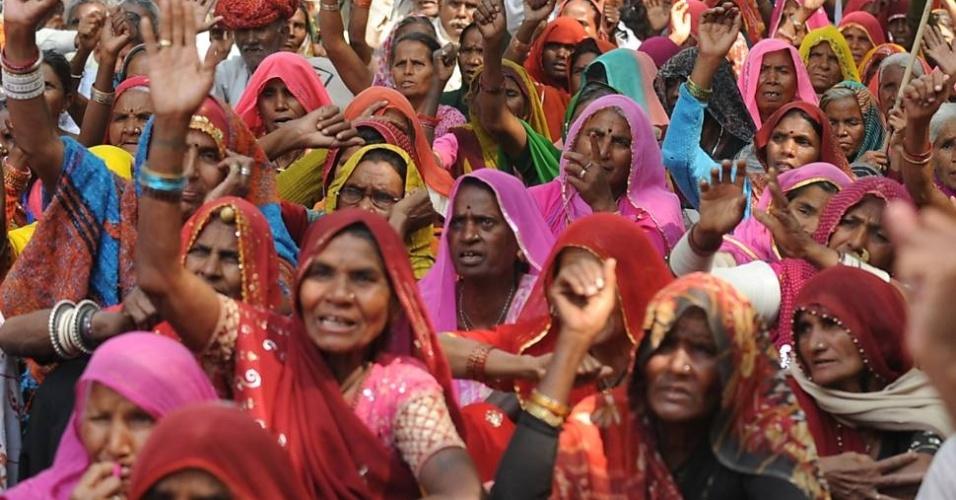 6.mar.2013 - Ativistas dos direitos da mulher protestam nesta quarta-feira (6) em Nova Déli, na Índia, pela prisão de um homem acusado de estupro