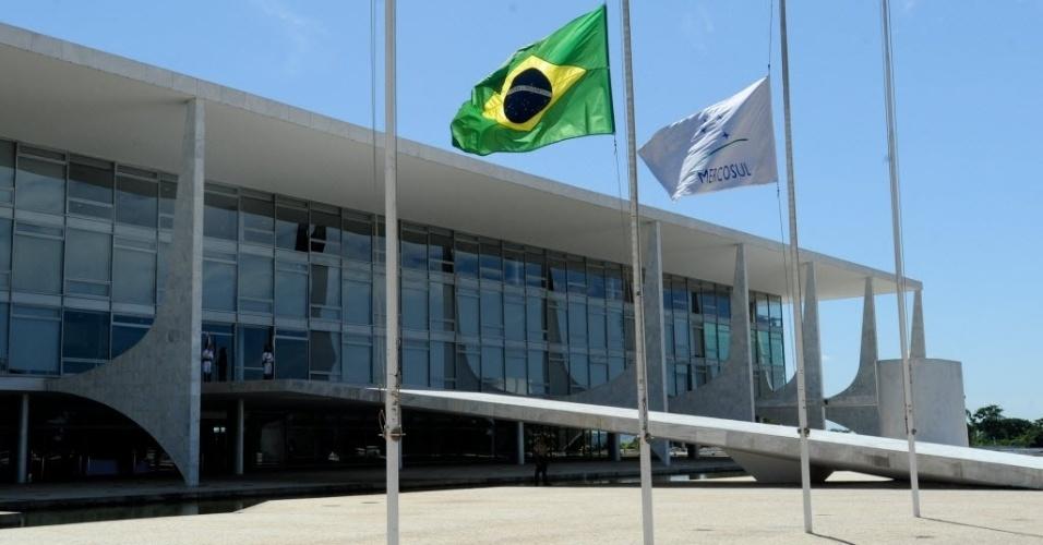 6.mar.2013 - Bandeiras do Brasil e do Mercosul são hasteadas a meio mastro diante ao Palácio do Planalto, em Brasíli,a como sinal de luto pela morte de Hugo Chávez. O presidente da Venezuela morreu na terça-feira (5), aos 58 anos, vítima de um câncer na região pélvica