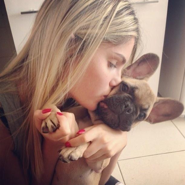 6.mar.2013 - Bárbara Evans abraça e beija cachorro