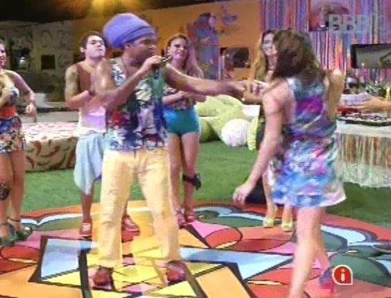 """6.mar.2013 - Carlinhos Brown tira Kamilla para dançar ao som """"Beija-flor"""""""
