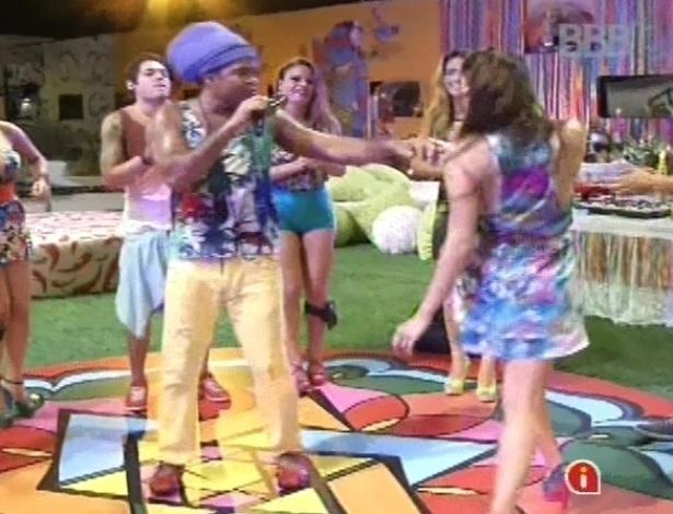 6.mar.2013 - Carlinhos Brown tira Kamilla para dançar ao som