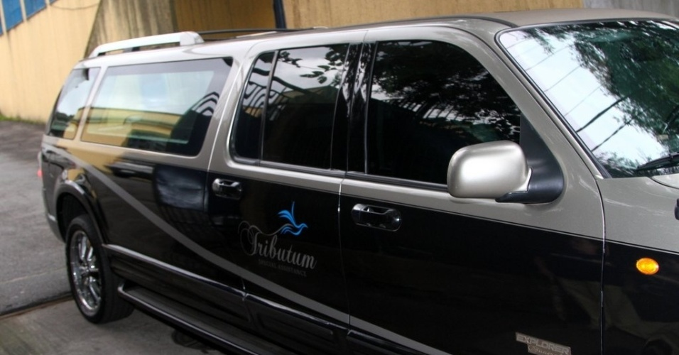 6.mar.2013 - Carro funerário saindo do IML, em São Paulo, com o corpo do cantor Chorão
