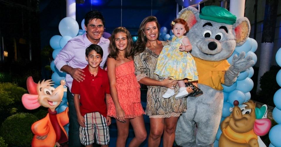 6.mar.2013 - Cesar Filho e Elaine Mickely prestigiaram o aniversário de três anos de Helena e Isabella, filhas de Luciano, em uma casa de festas em São Paulo. Eles estavam acompanhados dos filhos e da sobrinha