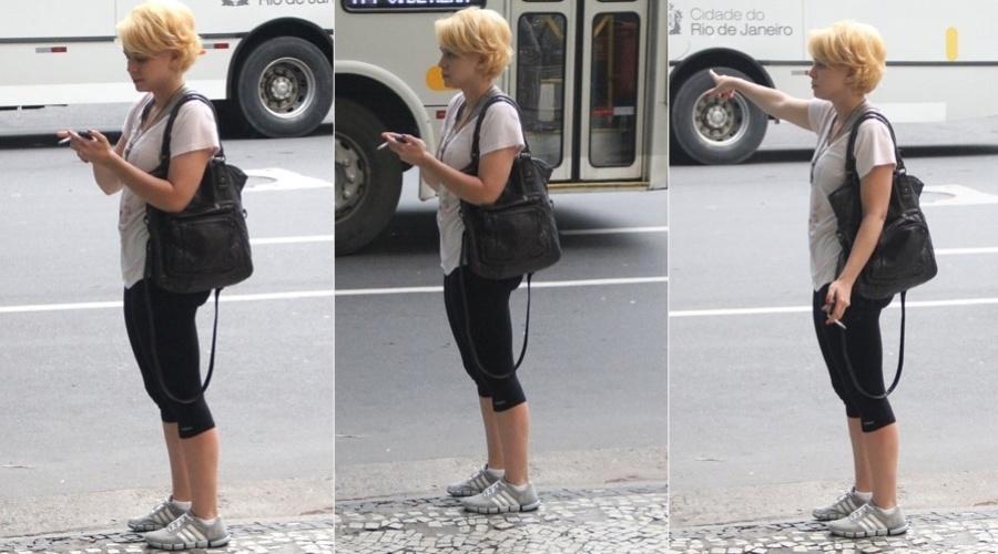 6.mar.2013 - Com os cabelos descoloridos, Leandra Leal circulou pelo bairro do Leblon, na zona sul do Rio