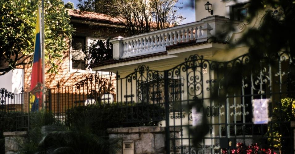 6.mar.2013 - Consulado da Venezuela em São Paulo amanhece com bandeira a meio mastro e um bilhete para visitantes, informando que por luto, só receberão documentos a partir da próxima segunda-feira (11)