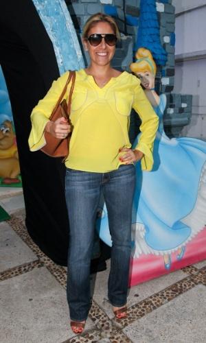 6.mar.2013 - Daniela Zurita o aniversário de três anos de Helena e Isabella, filhas de Luciano, em uma casa de festas em São Paulo