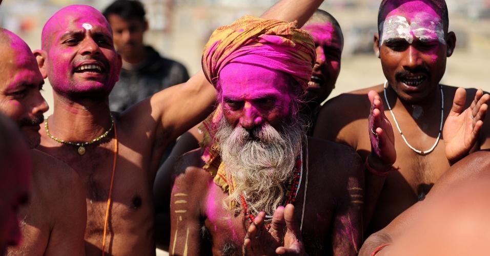 6.mar.2013 - Devotos hindus usam pós colorido em ritual na confluência dos rios Ganges, Yamuna e Saraswati, durante o festival Maha Kumbh, celebrado em Allahabad, na Índia