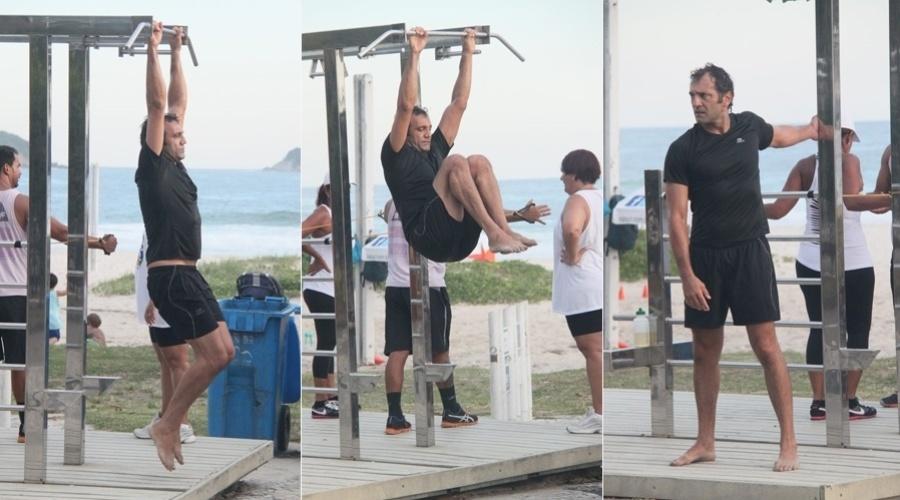 """6.mar.2013 - Domingos Montagner se exercitou pela orla da praia da Barra da Tijuca, na zona oeste do Rio. O ator interpreta Zyah em """"Salve Jorge"""""""