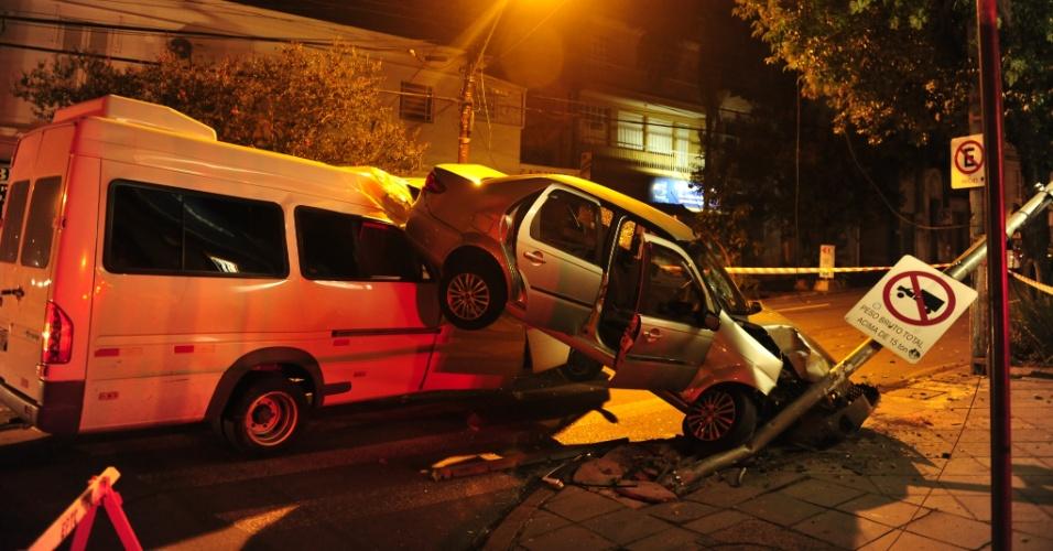 6.mar.2013 - Duas pessoas ficaram feridas após um acidente netre um carro e uma van na madrugada desta quarta-feira (6) em Porto Alegre (RS), no bairro Florestal