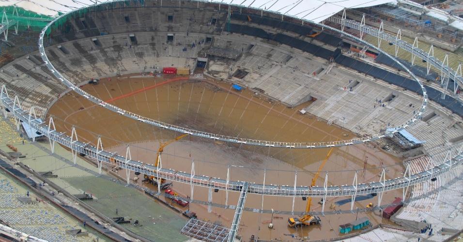 6.mar.2013 - Estádio do Maracanã amanhece alagado nesta quarta-feira (6), após a forte chuva que atingiu o Rio de Janeiro na noite de terça (5). A população da cidade ainda enfrenta problemas por causa da tempestade de ontem. Pelo menos quatro pessoas morreram