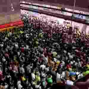 6.mar.2013 - Falha na circulação de trens provoca acúmulo de passageiros em plataforma de embarque da estação Sé do metrô, na linha vermelha, em São Paulo (SP), na noite desta segunda-feira - Rubens Cavallari/Folhapress