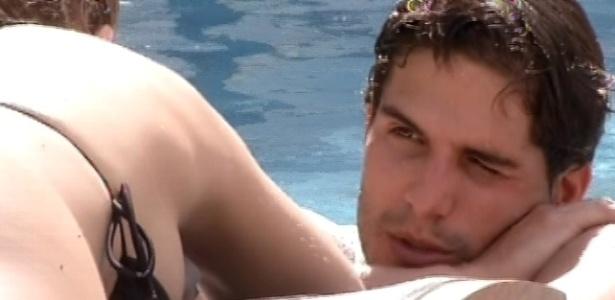 6.mar.2013 - Fernanda e André trocam carinhos na beira da piscina nesta tarde