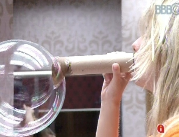 6.mar.2013 - Fernanda faz bolinha de sabão com tubo de papelão; ideia foi de Fani