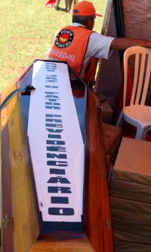 """6.mar.2013 - Força Sindical realizada na manhã desta quarta-feira (6) a marcha das Centrais que segue até o Congresso Nacional em Brasília (DF). Na imagem, um caixão ostenta cartaz com os dizeres: """"Aqui jaz o fator previdenciário"""""""