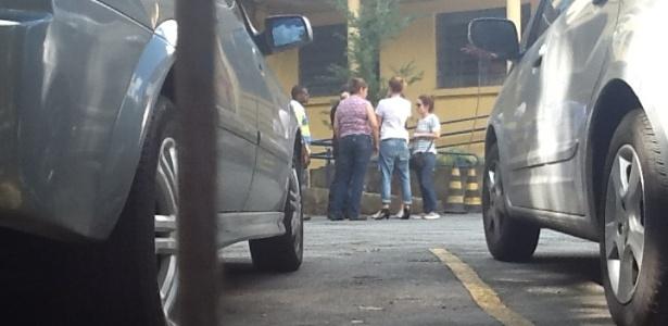 6.mar.2013 - Graziela Gonçalves (camiseta branca, de costas), ex-mulher de Chorão, aguarda a liberação do corpo