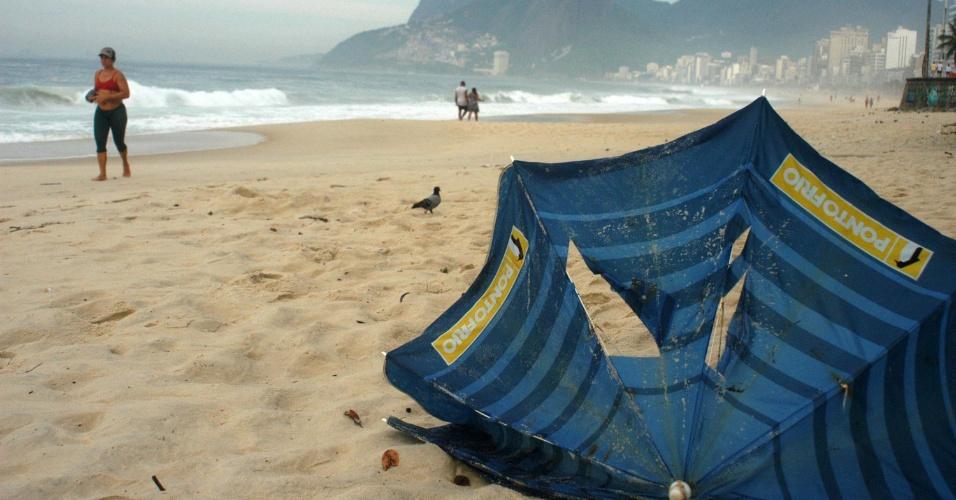 6.mar.2013 - Guarda-sol fica destruído na manhã desta quarta-feira (6), na praia de Ipanema, após a forte chuva que atingiu o Rio de Janeiro na noite de terça (5). A população da cidade ainda enfrenta problemas por causa da tempestade de ontem. Pelo menos quatro pessoas morreram