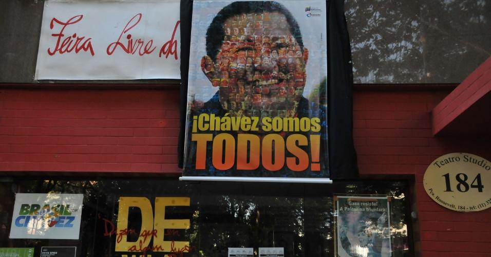 6.mar.2013 - Homenagens a Hugo Chávez são vistas na manhã desta quarta-feira na entrada de um teatro na praça Roosevelt, região central de São Paulo (SP). O presidente da Venezuela morreu nesta terça-feira (5), vítima de câncer