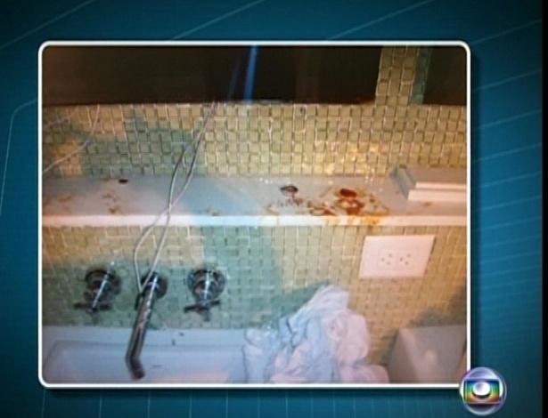 6.mar.2013 - Imagens de TV mostram o apartamento do cantor revirado com manchas de sangue e uma pequena quantidade de pó branco; Chorão foi encontrado morto de bruços