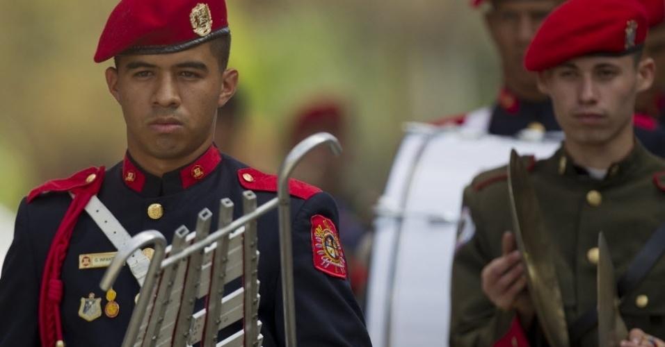 6.mar.2013 - Integrantes da banda de guerra do Exército da Venezuela ensaiam para a caravana que acompanhará o cortejo do presidente Hugo Chávez, na praça onde fica o Monumento à Nação, em Caracas. O presidente da Venezuela morreu na terça-feira (5), aos 58 anos, vítima de um câncer na região pélvica. Desde às 6h em Caracas (8h de Brasília), as Forças Armadas do país disparam 21 tiros de canhão a cada hora, até que o corpo de Chávez seja enterrado