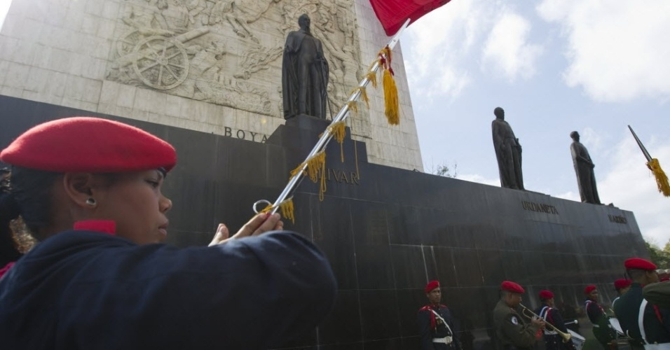 6.mar.2013 - Integrantes da banda de guerra do Exército da Venezuela ensaiam para a caravana que acompanhará o cortejo de Hugo Chávez, na praça onde fica o Monumento à Nação, em Caracas. O presidente da Venezuela morreu na terça-feira (5), aos 58 anos, vítima de um câncer na região pélvica. Desde às 6h em Caracas (4h30 de Brasília), as Forças Armadas do país disparam 21 tiros de canhão a cada hora, até que o corpo de Chávez seja enterrado