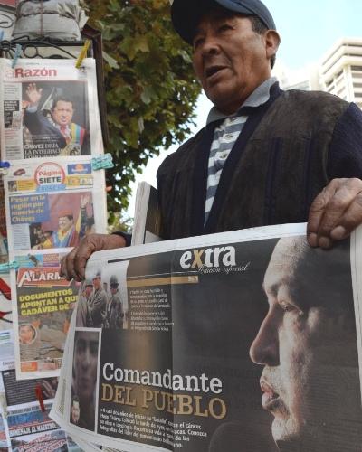 6.mar.2013 - Jornaleiro exibe exemplar com a notícia da morte de Hugo Chávez, em banca de Laz Paz, capital da Bolívia. O presidente da Venezuela morreu na terça-feira (5), aos 58 anos, vítima de um câncer na região pélvica