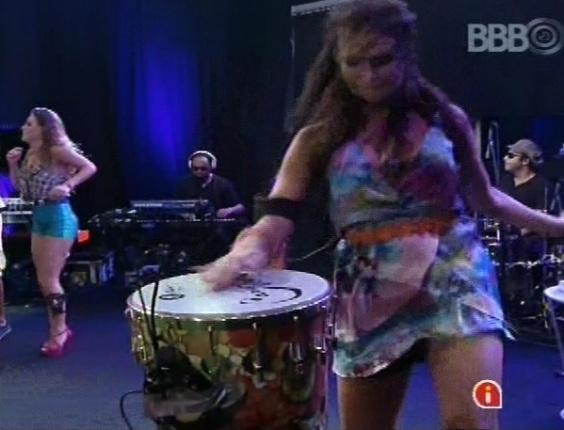 """6.mar.2013 - Kamilla aproveita para tocar percussão durante a música """"Maria Caipirinha"""""""